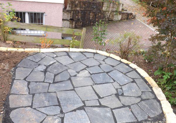 Terrasse aus unregelmäßig gebrochenen Natursteinplatten Nürtingen