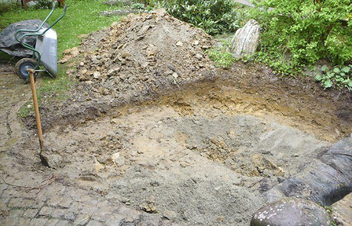 Ausgraben des Teiches